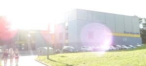 Die Werner-Aßmann-Halle im gleißenden Sonnenlicht. Jenseits ihrer Schwelle sind Frauen dieser Tage vorrangig als Servier- und Säuberungskräfte willkommen.